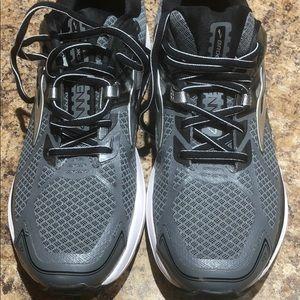 Men's NWOT Brooks running shoes size 9